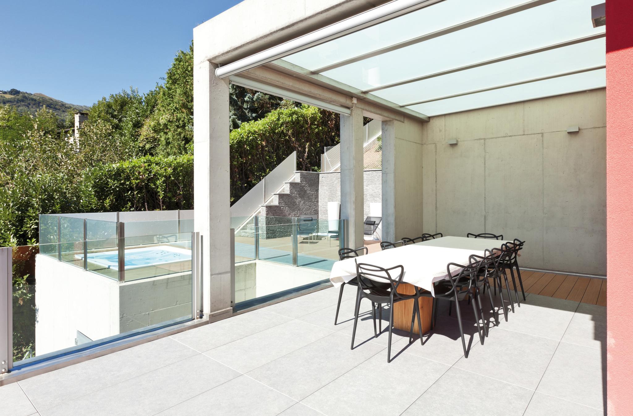 Un jacuzzi en terrasse lorraine magazine for Pergola bioclimatique prix au m