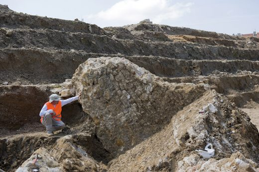 Un archéologue au côté d'un vestige de la fortification démantelée au XVIIe siècle - Crédit photos  Annie Viannet Inrap