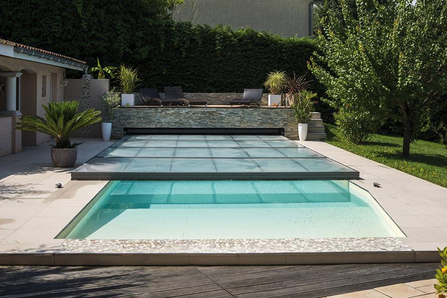 Prolonger la saison des baignades lorraine magazine for Abri piscine bois coulissant